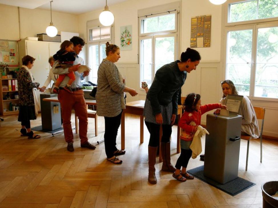 Suiços votam contra benefício da renda mínima universal